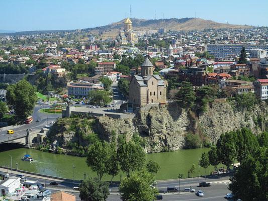 Blick von der Nariqala-Festung auf Tbilisi, mit Metechi-Kirche und Sameba-Kathedrale