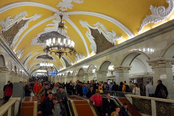Komsomol'skaja, nach einem Entwurf des renommierten Architekten Alexei Schtschussew erbaut (Stalinpreis)