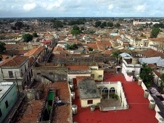 Camagüey, Blick vom Turm der Iglesia Catedral nach Westen mit Santo Cristo (links) und Iglesia de Nuestra Señora del Carmen (rechts)