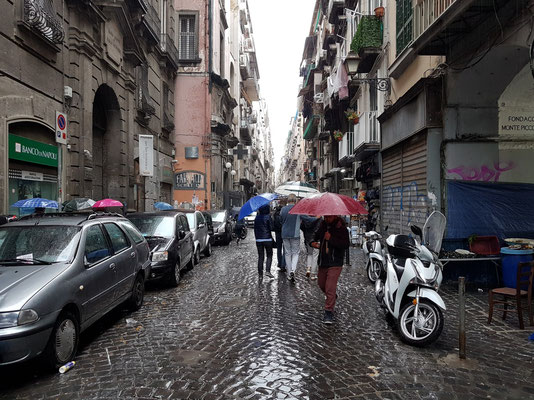 Durch den Regen von der Piazza Garibaldi zum Dom von Napoli (Cattedrale di San Gennaro)