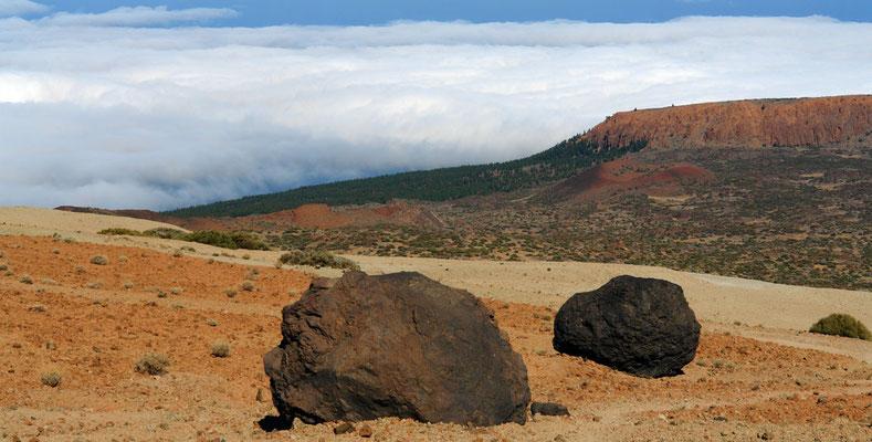 Montaña Blanca mit den Huevos del Teide über der Passatwolke