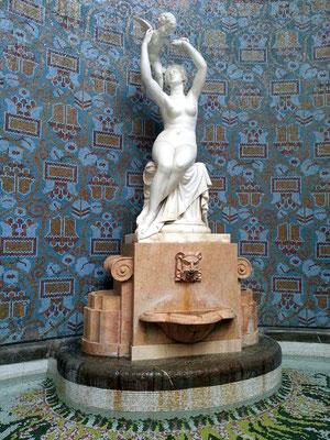 Gellért Thermalbad, Skulptur am Ende der Eingangshalle