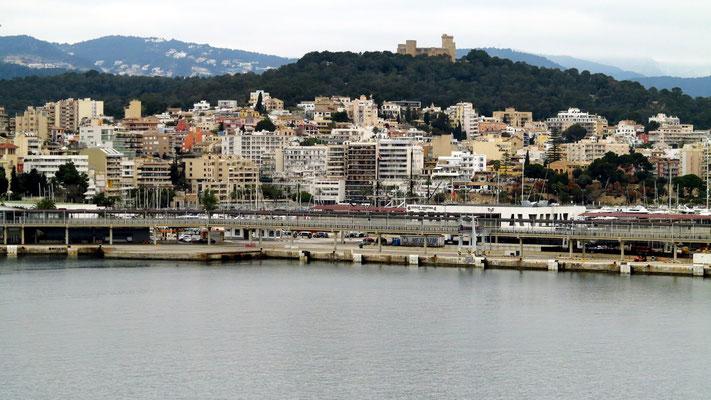 Blick von der AIDAmar im Terminal 6 auf Palma mit dem Castell de Bellver