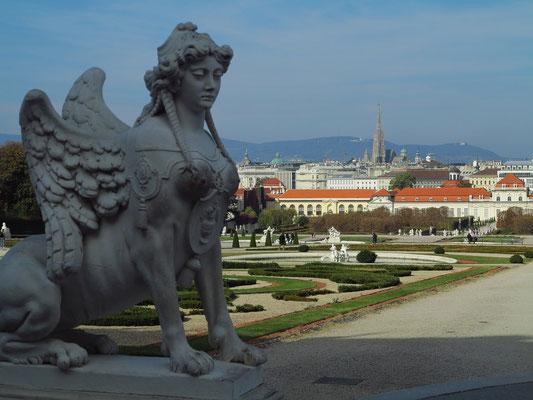 Sphinx im Garten des Belvederes, Blick zur Innenstadt von Wien mit dem Stephansdom