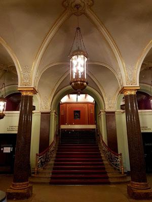 Im Foyer des Mecklenburgischen Staatstheaters