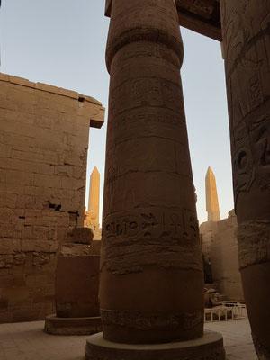 Großer Säulensaal (Hypostol), mit Blick zu den beiden Obelisken