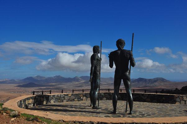 Morro Velosa Statuen. Riesige Statuen der ehemaligen Guanchenkönige der Insel, Ayose und Guize (Emiliano Hernández, 2008)