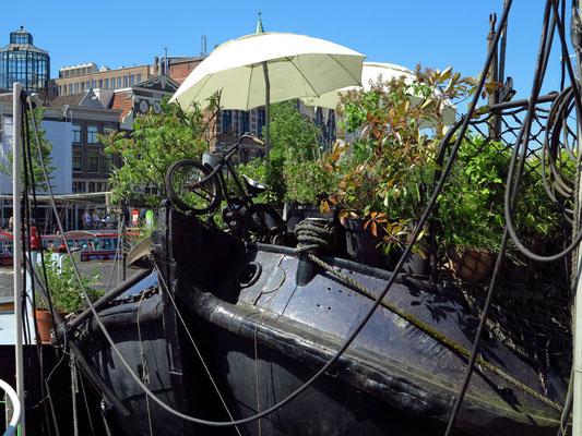 Hausboote an der Amstel in der Nähe der Oper