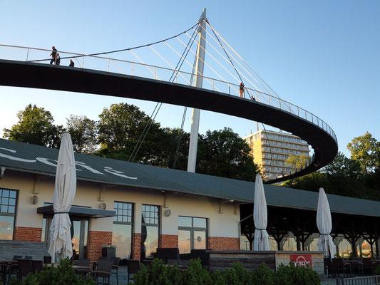 274 m lange Hängebrücke von 2007: Fußgängerverbindung zwischen Stadtzentrum und dem Sassnitzer Hafen; sie wurde mit dem Deutschen Brückenbaupreis 2010 ausgezeichnet