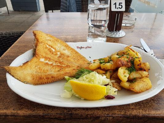 Scholle mit Krautsalat und Bratkartoffeln im Restaurant Captain Flint