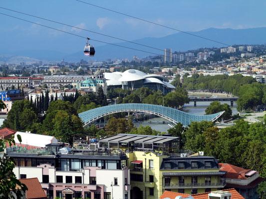 Blick von der Nariqala-Festung auf Tbilisi, mit Friedensbrücke und Public Service Hall