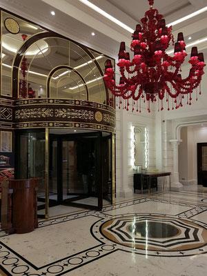 Kleine Eingangshalle und Eingangstür des Artemis-Hotels