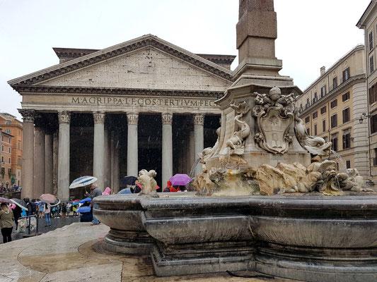 Fontana del Pantheon vor dem Pantheon, 1575 von Giacomo della Porta entworfen, Skulpturen von Leonardo Sormani