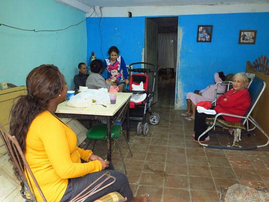 Im Wohnzimmer einer Familie in Habana Vieja