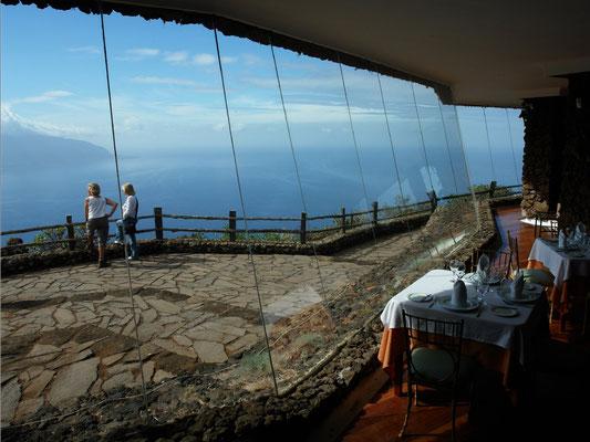 Aussichtsrestaurant Mirador de la Peña mit Blick auf El Golfo (Architekt: César Manrique, eröffnet 1989)