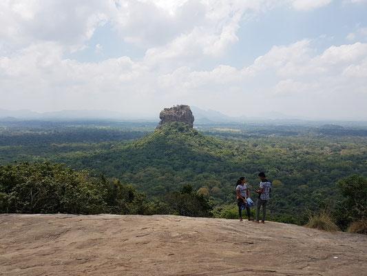 Blick vom Pidurangala-Monolith zur Felsenfestung Sirigiya