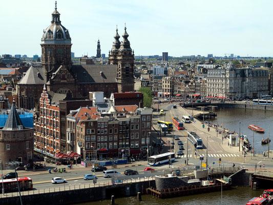 Blick von der SkyLounge Oosterdoksstraat 4 auf Sint-Nicolaaskerk und Damrak