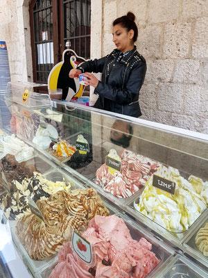 Eisverkäuferin in der Altstadt von Kotor