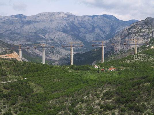 Bau der neuen Autobahn nördlich von Podgorica