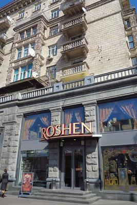 Chreschtschatyk, Roshen-Schokoladengeschäft. Der Firmenname ist abgeleitet von seinem Besitzer Petro Poroshenko, dem heutigen Präsidenten der Ukraine.