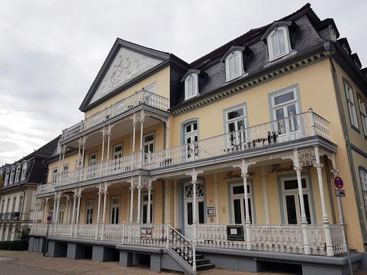 Fürstenhof, ehem. Fürstliches Badelogierhaus. Vornehmstes Hotel direkt am Brunnenplatz, errichtet 1777. Hier logierte u.a. Königin Luise von Preußen (1797, 1806)