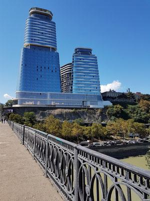 Moderne Architektur: Blick von der Queen Tamar Bridge nach Westen