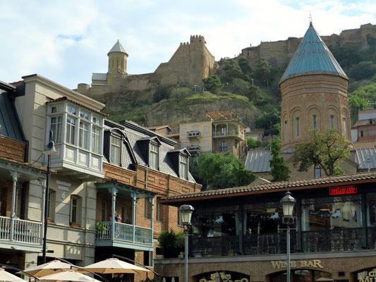 Blick von der Altstadt auf die Nariqala-Festung