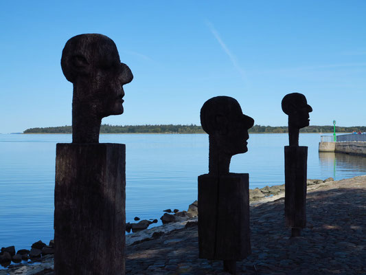 """Holzskulpturen """"Die drei Weisen"""" an der Nordmole. Der Skulpturenpfad entstand auf Initiative des Wiecker Bildhauers Heinrich Zenichowski."""