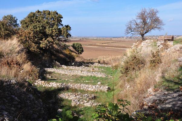 Schliemann-Graben (siehe Text unten). Im Hintergrund die Ebene des antiken Skamandros, des heutigen Flusses Menderes Cayi