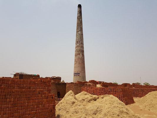 Ziegeleien an der Grenze zu Rajasthan, als Brennstoff dient Rapsstroh