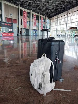 Santa Cruz Intercambiador mit Büros der Naviera Armas. Mein Reisegepäck (20 kg schwerer Koffer und 6 kg schwerer Rucksack)