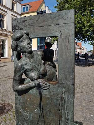 Wartende Frau (mit Kind), die aus dem Fenster schaut, Teil des Fischerbrunnens von Jo Jastram
