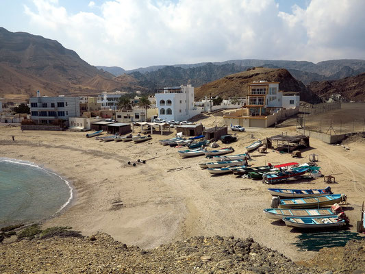 Fischerboote am Strand von Qantab