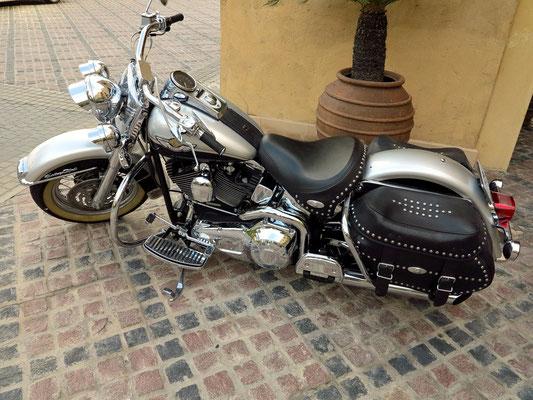 Eine Harley Davidson am Hoteleingang