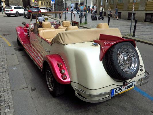 Oldtimer vor dem Pulverturm, Replik des Wagens Alfa Romeo aus den dreißiger Jahren des 20. Jahrhunderts