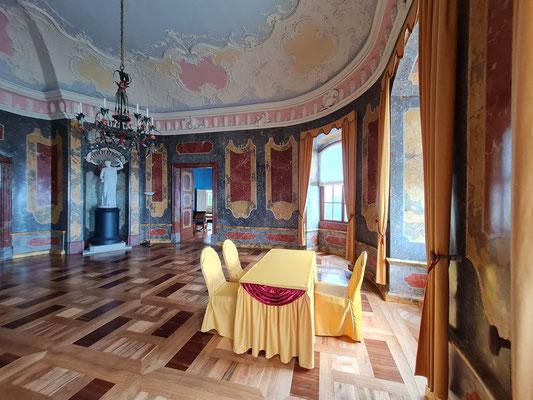 Rokokoschloss, Erdgeschoss. Farbiger Deckenstuck und marmorierte Stuccoputz-Wände von 1741.