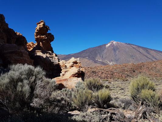 Blick von den ockerfarbenen Felsen zum Pico del Teide