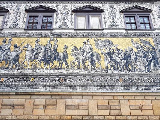 Fürstenzug am langen Gang des Stallhofs (Augustusstraße), 102 m langes und 11 m hohes Wandbild aus Porzellanfliesen mit Herrschern der 800-jährigen Geschichte des sächsischen Herrscherhauses