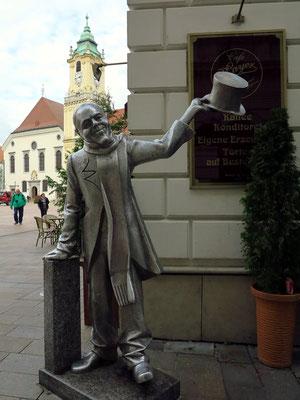 Lebensgroße Figur des Schönen Naci, ein stadtbekanntes Original, vor dem Café Mayer
