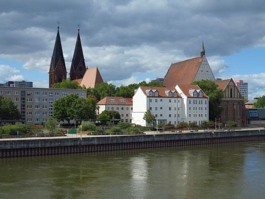 Blick von der Stadtbrücke auf Frankfurt (Oder) auf Friedenskirche und Konzerthalle Carl Philipp Emanuel Bach in einer ehemaligen Klosterkirche der Franziskaner