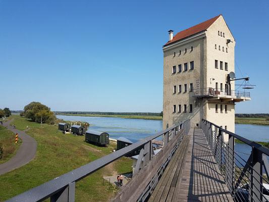 Alter Verladeturm mit Fußbrücke zum Maschinenhaus (heute Hotel)