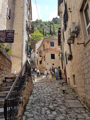 In den Gassen der Altstadt von Kotor, Weg zum Festungsaufstieg