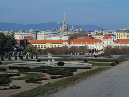 Der Garten ist der älteste Teil der Anlage. Er wurde von Dominique Girard angelegt und war 1725 vollendet. Blick zum Unteren Belvedere