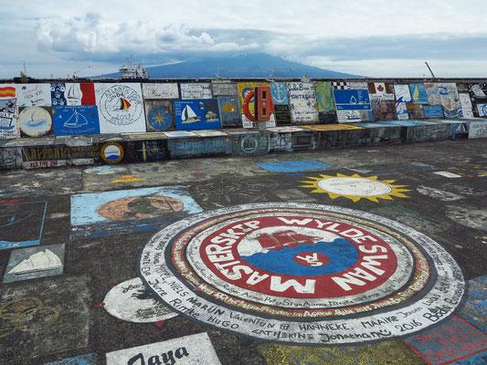 Hafenmole von Horta mit Gemälden von Seglern, die den Atlantik überqueren und sich hier verewigen
