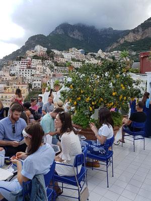 Positano, Franco's Bar, Treffpunkt für junge Leute aus aller Welt