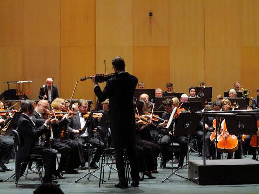 Konradin Seitzer, 1. Konzertmeister, bei der Stimmung des Orchesters vor dem Konzert