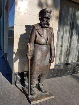 Skulptur eines Hausmeisters nach einem Bild des bekannten georgischen Künstlers Niko Pirosmani