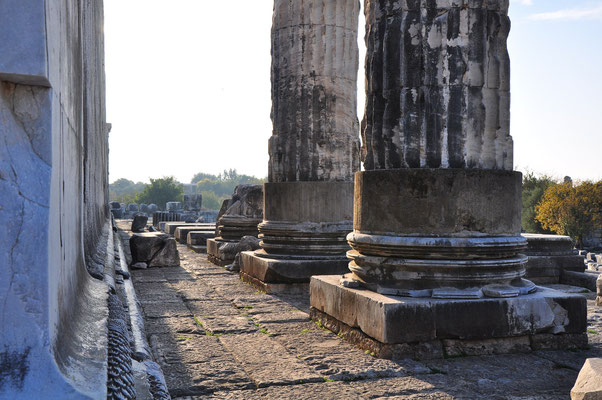Basis der beiden Säulen des Apollon-Tempels