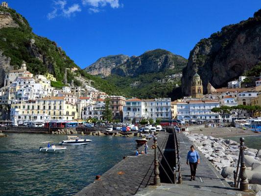 Amalfi. Blick vom Bootskai nach Norden auf die Stadt