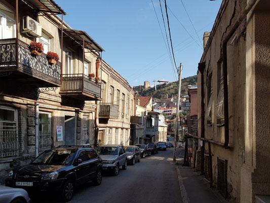 Altstadt von Tbilisi, im Hintergrund auf dem Berg die Burg Nariqala